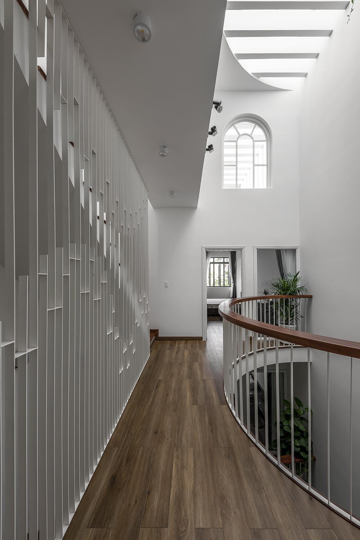 Khoảng thông tầng và hành lang với những đường cong mềm mại mang đến cái nhìn mới lạ, tạo nhiều góc nhìn thú vị.-1