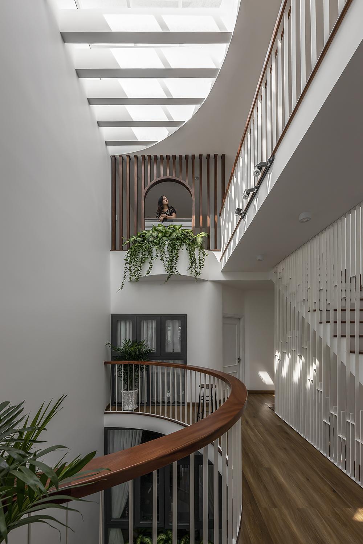 Khoảng thông tầng và hành lang với những đường cong mềm mại mang đến cái nhìn mới lạ, tạo nhiều góc nhìn thú vị.-3