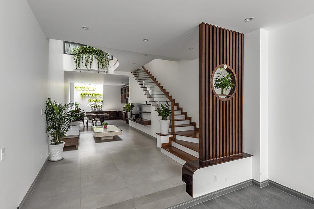 Tại tầng trệt, kiến trúc sư thiết kế cầu thang 1 về đặt sát về một bên để tiết kiệm diện tích