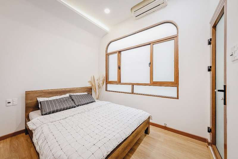 Phòng ngủ hai, mục đích sử dụng của căn phòng này của KTS Anh Quý là có bé cháu gái mỗi cuối tuần về sẽ ngủ lại nên mặc dù hai màu đặc trưng trắng và gỗ thì sẽ thay thế bằng bộ chăn ga cho tươi trẻ lại.