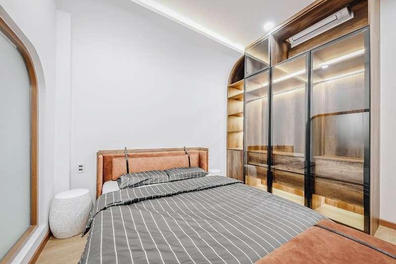 Phòng ngủ hài hòa cửa khóa chắc chắn, nội thất màu sắc và kiểu dáng phù hợp với gia đình.