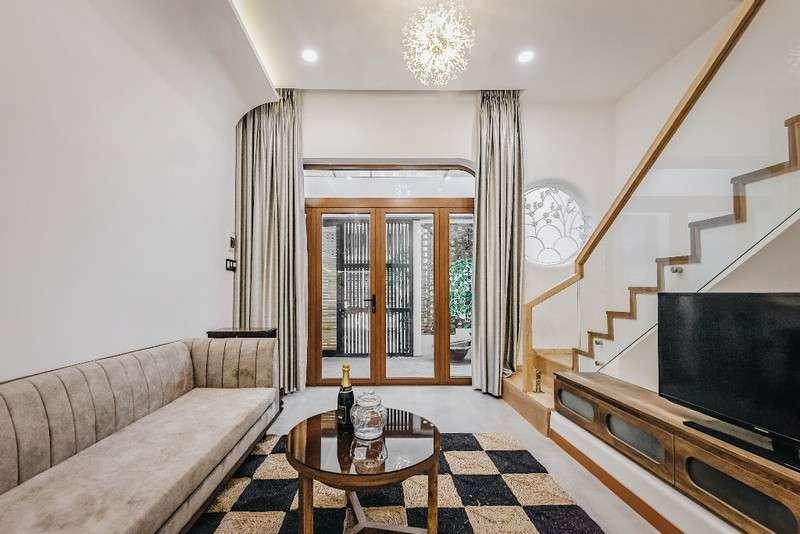 Các chất liệu nội thất đa số cũng được làm từ nguyên liệu tự nhiên, rất hợp với lối thiết kế của cả căn nhà và rất đúng ý của kiến trúc sư và ba mẹ.