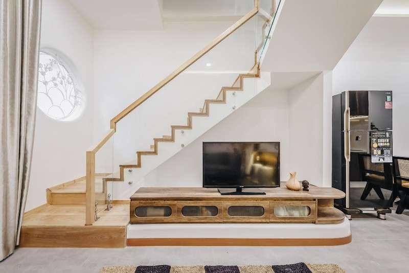 Bộ sofa nâu có bọc nệm kết hợp với hệ tủ tivi gỗ thanh toán.