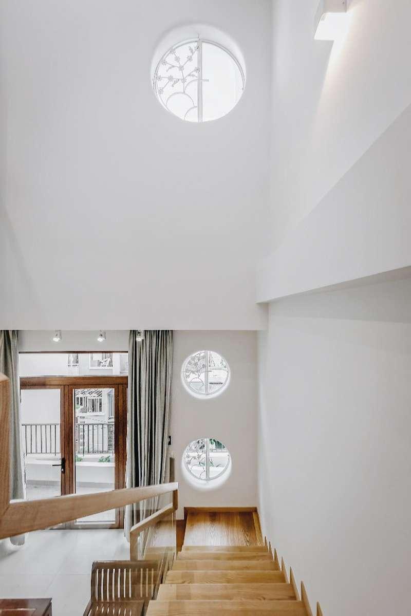 Việc sử dụng hai giếng trời tiết kiệm được các thiết bị làm mát và làm sáng cho nhà.KTS phải tính toán kích thước để giếng trời vừa đủ lấy gió lấy sáng mà không bị mưa tạt vào nhưng vẫn thẩm mỹ.