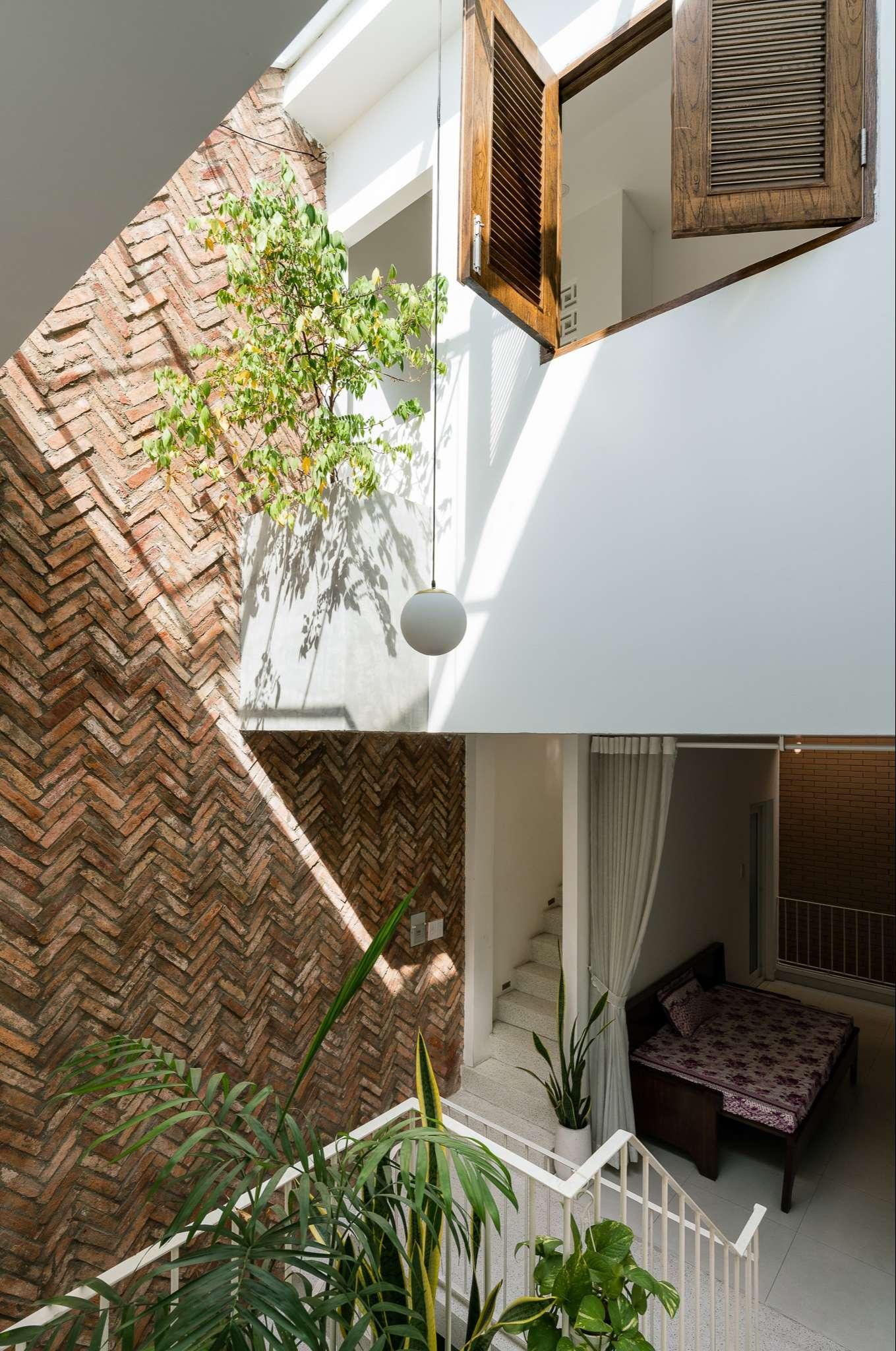 Điểm nhấn chính của không gian là mảng tường thô truyền thống mà tạo cảm giác gần gũi.