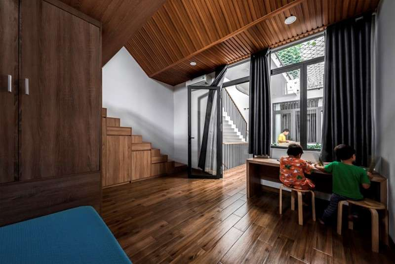 Phòng ngủ rưỡi dành cho hai cậu con trai cũng liên kết với phòng ngủ với ba mẹ bởi thông tầng và cùng trên một tầng.