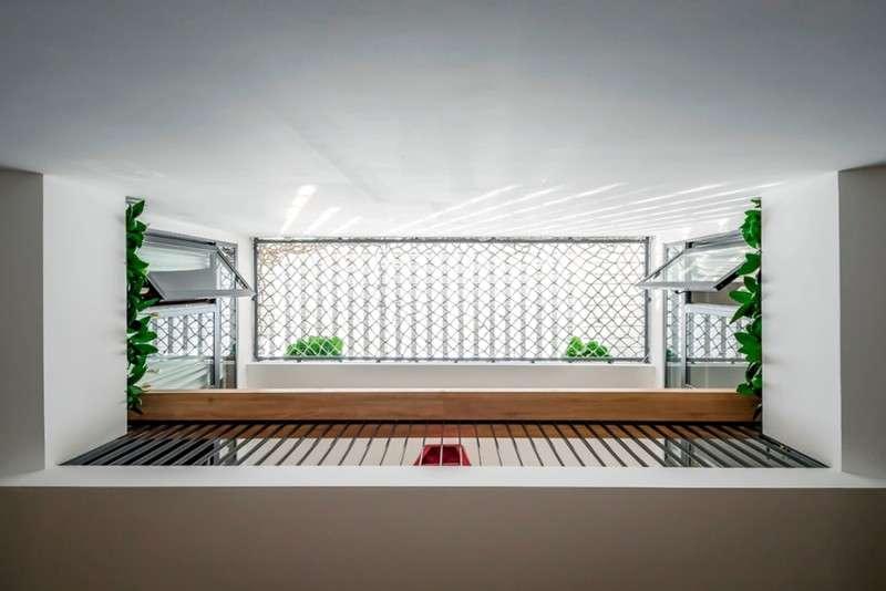 Cây xanh được điểm tô tại nhiều chỗ trong ngôi nhà như hành lang, khoảng sân chơi...