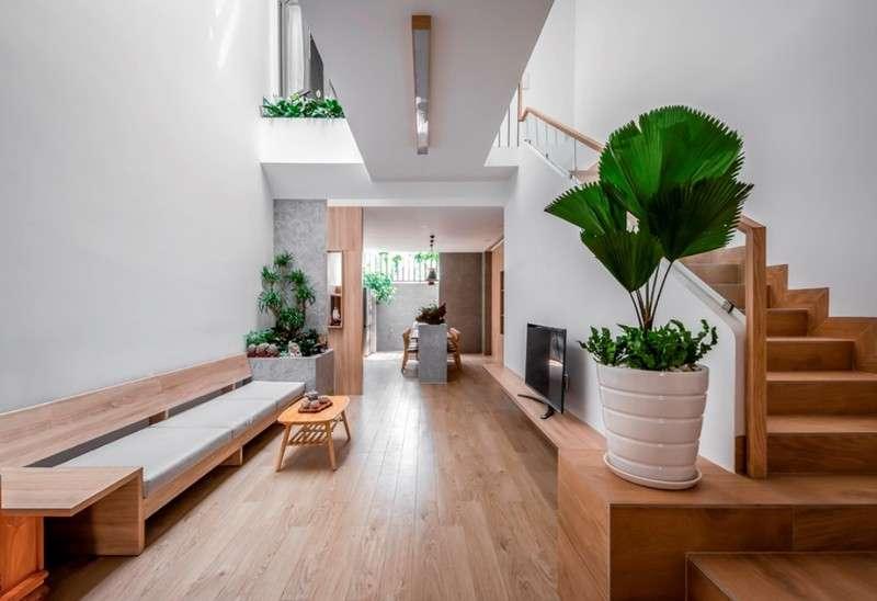 Không gian phòng khách chủ yếu sử dụng chất liệu bằng gỗ có màu sắc trung tính.