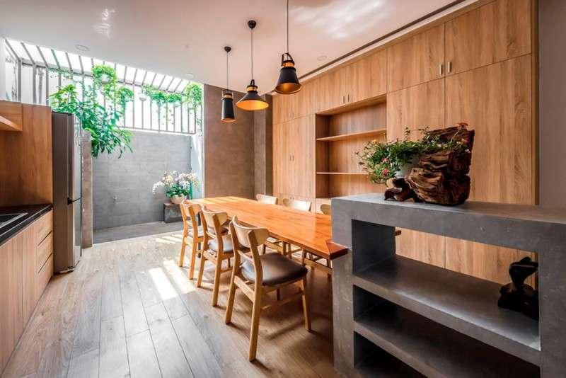 Phòng bếp đủ ánh sáng tự nhiên nhờ vào khoảng sân sau.