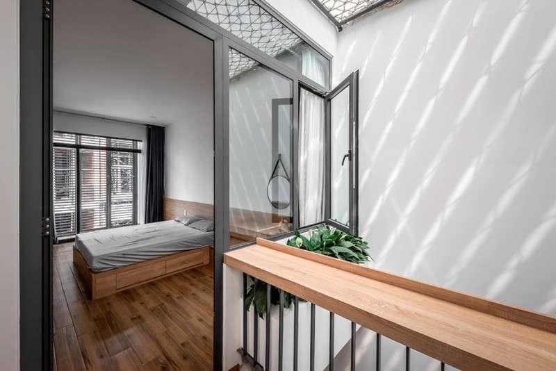 Phòng ngủ dành cho ba mẹ tiếp giáp với khoảng thông tầng-2