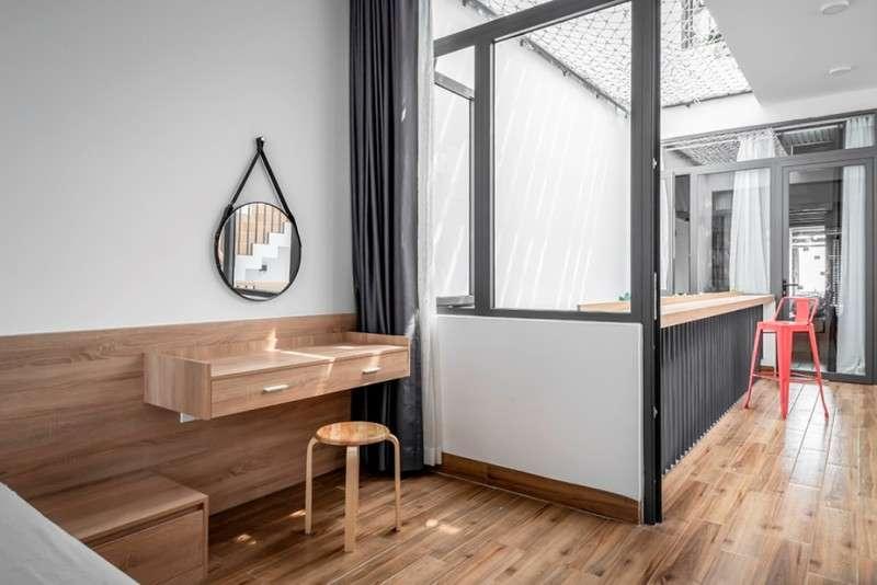 Phòng ngủ dành cho ba mẹ tiếp giáp với khoảng thông tầng.