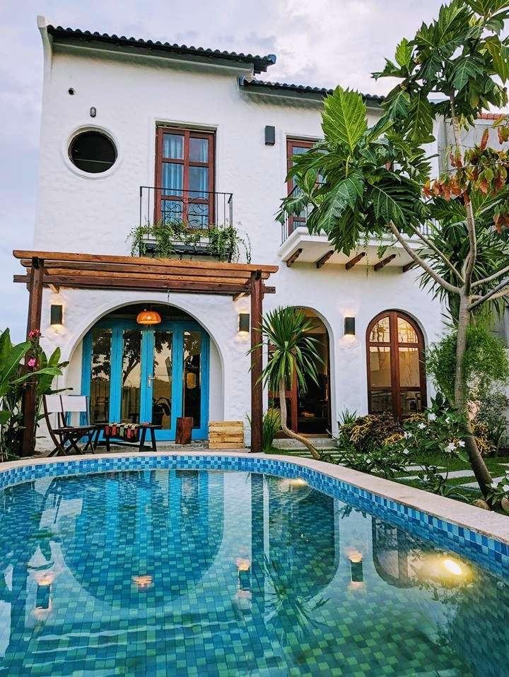 Căn nhà trên mảnh đất rộng 200 m2 gần bãi biển Hà My được gia chủ cải tạo làm nơi nghỉ dưỡng.