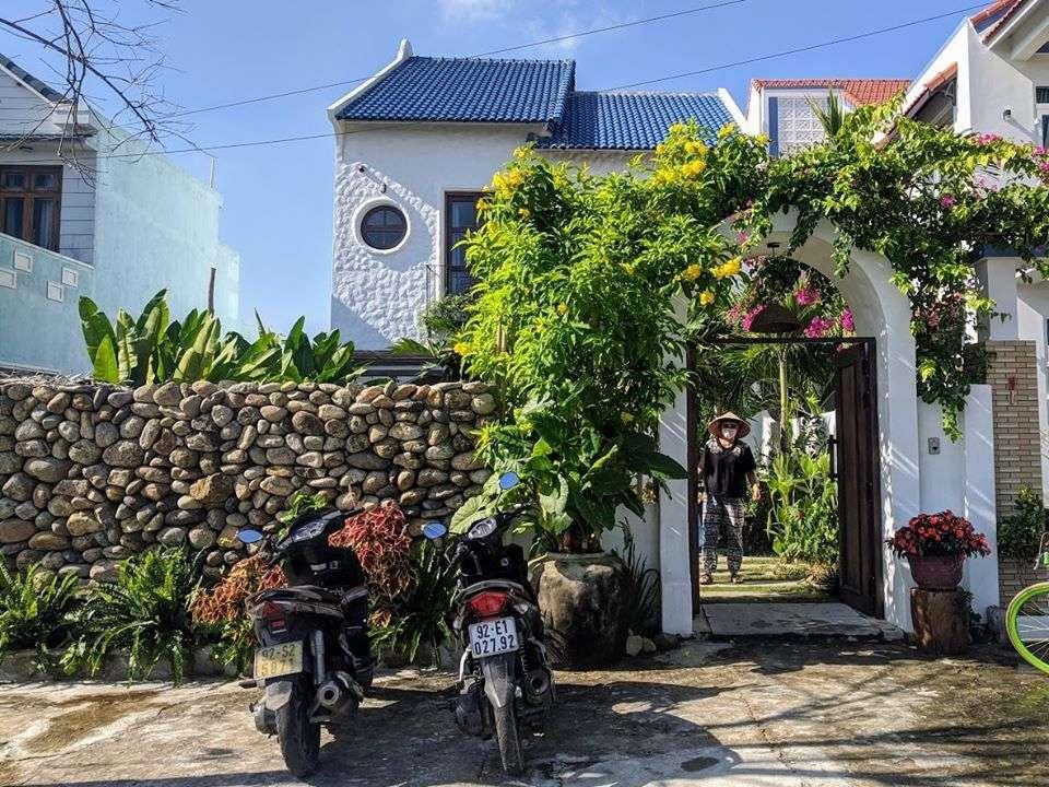 Căn nhà sau cải tạo mang dáng dấpkiến trúc Địa Trung Hải với tường trắng và ngói xanh.