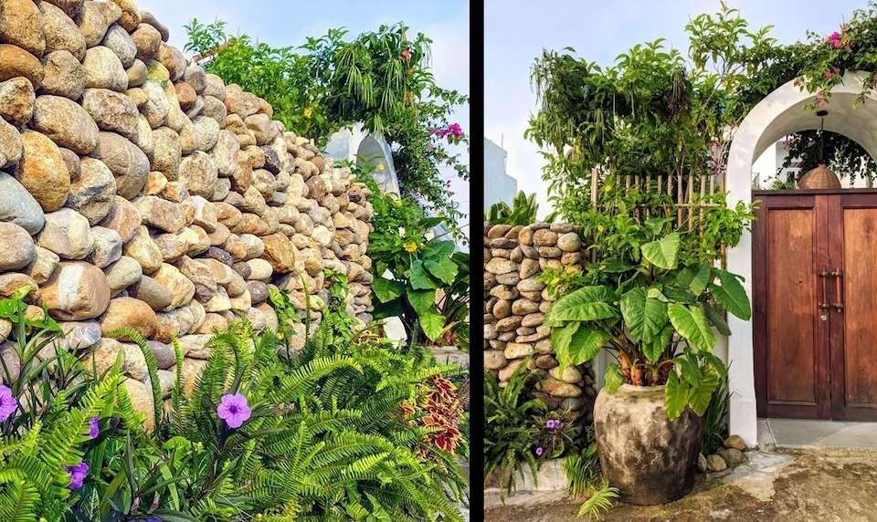 Hàng rào đá kết hợp với vườn hoa cỏ nhỏ phía trước vừa tạo cảnh quan, vừa tạo sự kín đáo cho bể bơi phía sau.