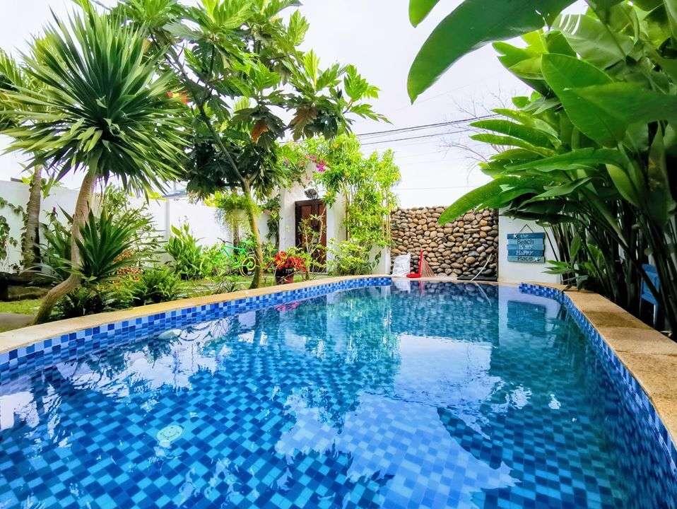 Như mong muốn của gia chủ, kiến trúc sư bố trí một bể bơi kích thước 3 x 7m ở sân nhà.