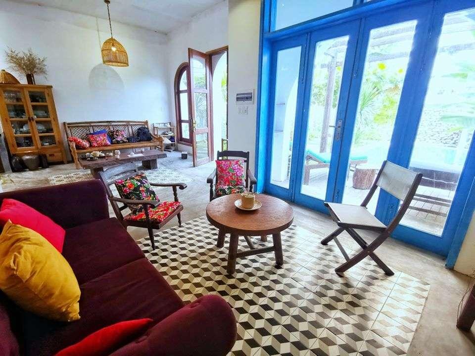 Bên trong, căn nhà tận dụng nhiều mónđồ cũ mang chất Hội An cổ làm nội thất.