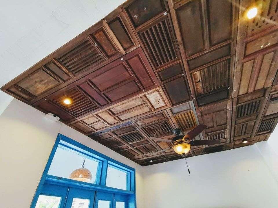 Các cánh cửa cũ được tận dụng làm trần...