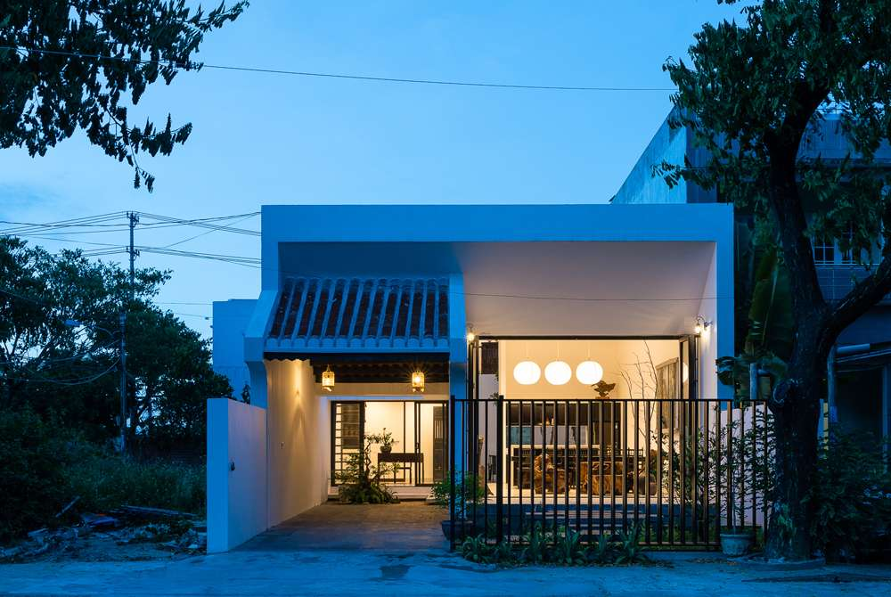 Nhà có 2 tầng và nội thất mang phong cách nhà cổ ở địa phương.