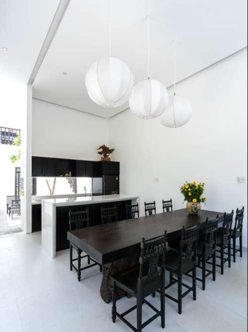 Ngôi nhà có sự tương phản giữa màu sắc đen - trắng; đường nét hiện đại - truyền thống; sự đơn giản của phân chia không gian - các chi tiết chạm trổ cầu kỳ của đồ gỗ.
