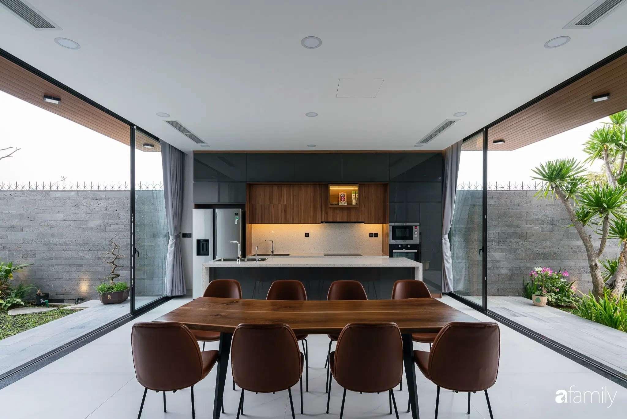 Căn nhà luôn ngập tràn ánh sáng nhờ bức tường kính trong suốt.