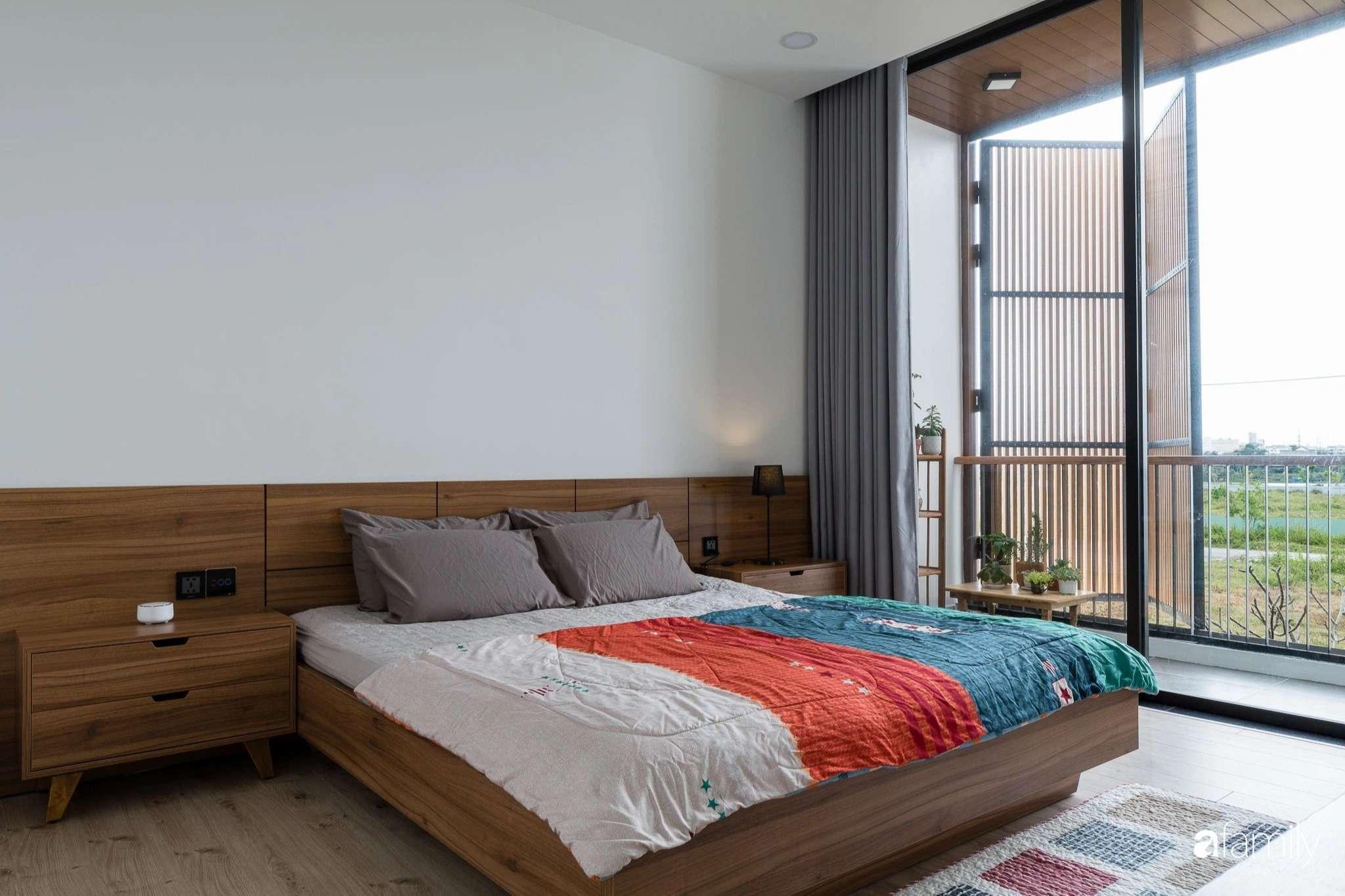 Các không gian phòng ngủ được bố trí phía trên tầng để tạo sự riêng tư và tách biệt với phía dưới.