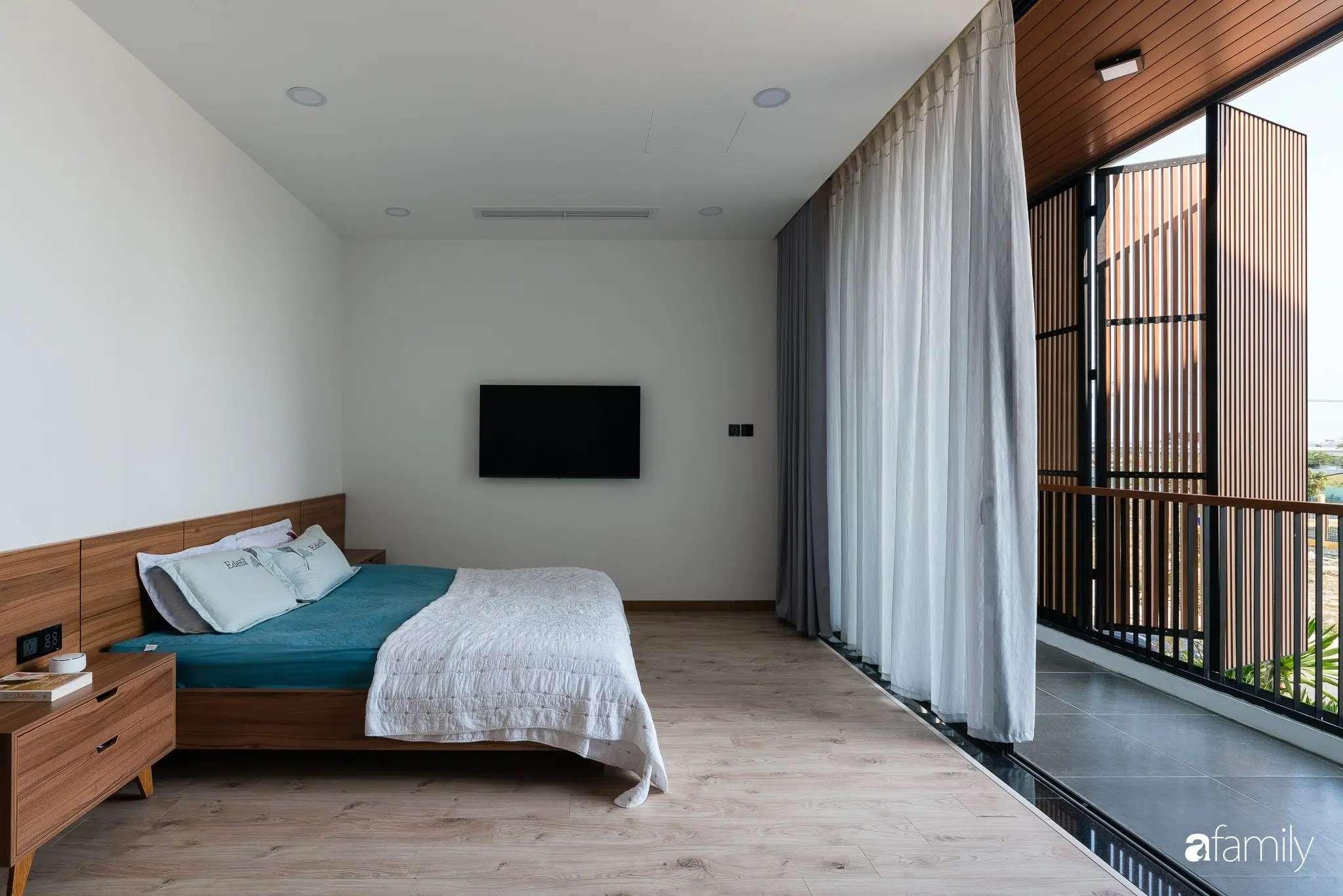 Căn phòng ngủ có ban công rộng thoáng.
