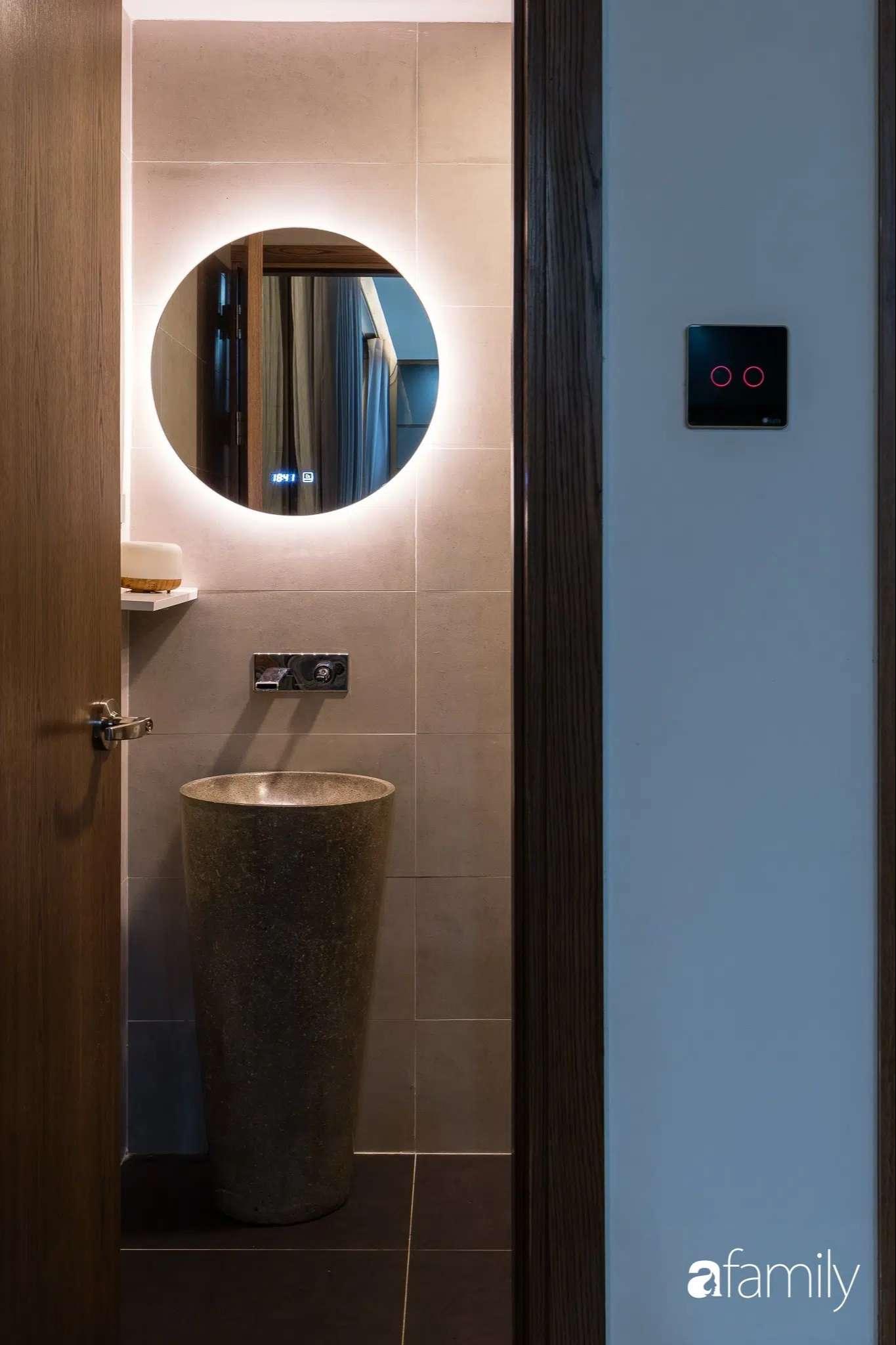 Phòng tắm được thiết kế khu vực xông hơi, khu vực bồn tắm và vệ sinh-1