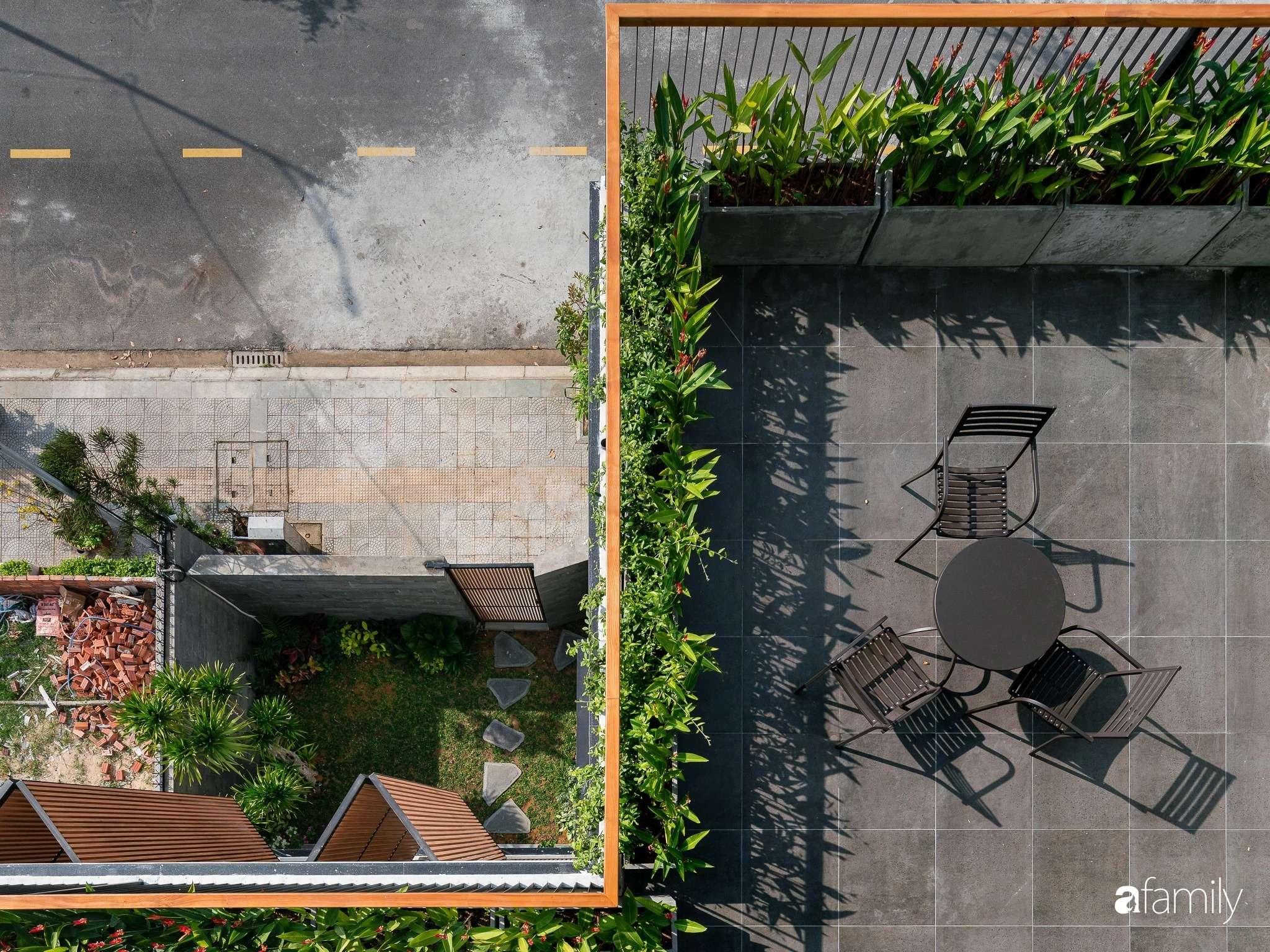 Không gian sân thượng nhìn xuống khoảng sân vườn xanh tươi cây cỏ phía dưới.