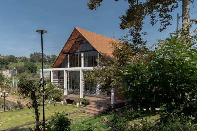 Nhà sàn thấp của chủ nhà ngay từ đầu là phù hợp với địa hình xây dựng dưới thung lũng, hạ tầng vườn và hồ đã có sẵn.