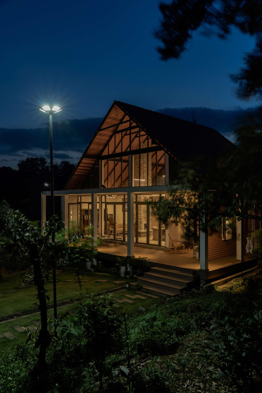 Căn nhà khi lên đèn.