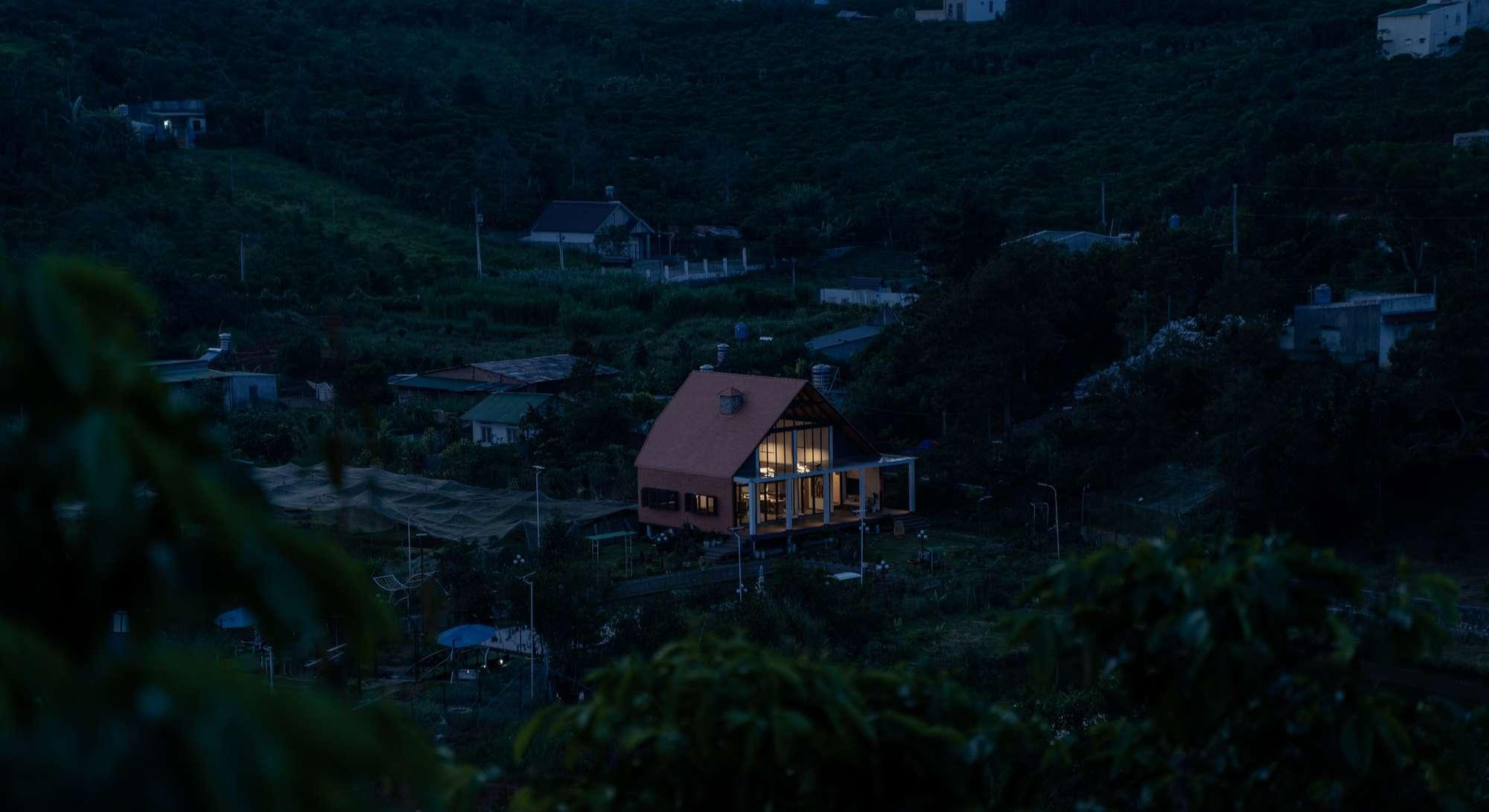 Nhìn từ xa, căn nhà nổi bật giữa thung lũng.