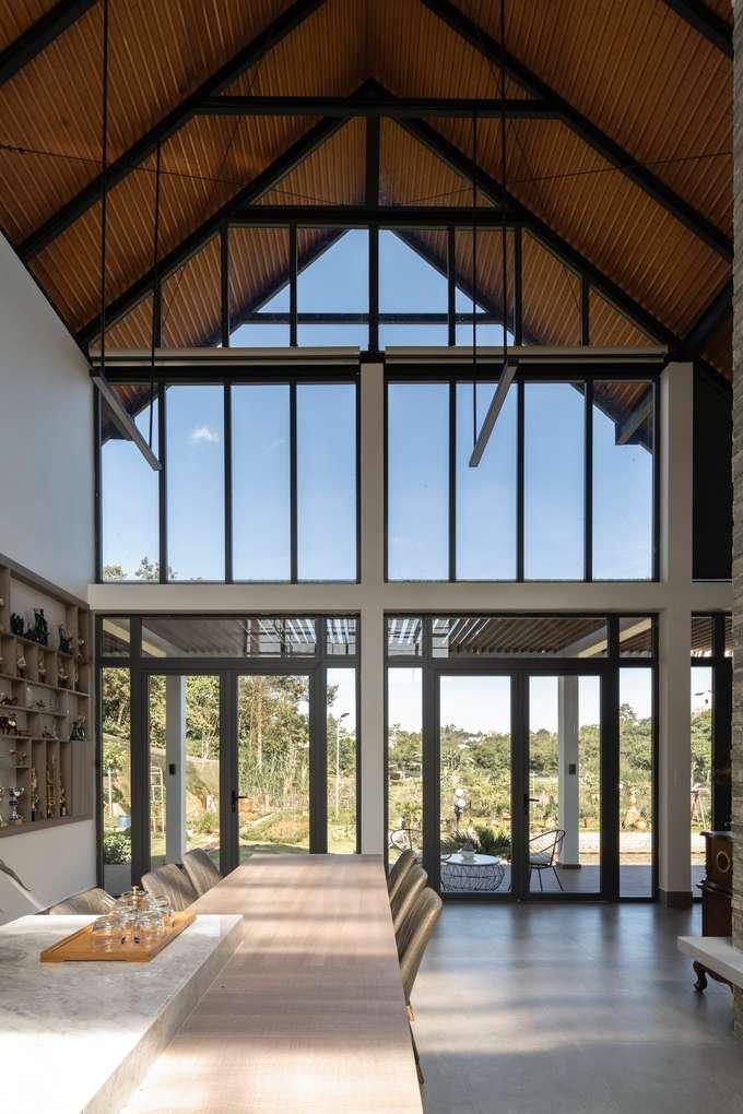 Hệ cửa kính ở mặt tiền giúp người ở khai thác lợi thế view đẹp của căn nhà.