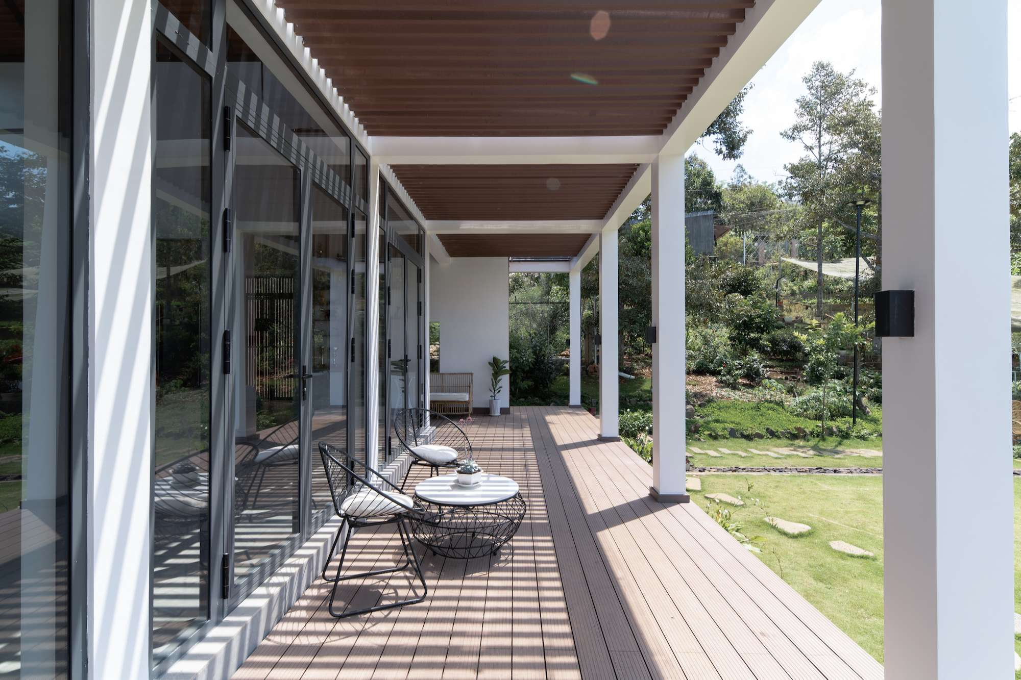 Hàng hiên rộng hơn 50 m2, cao cách mặt đất 1,4 mét là chỗ thư giãn, uống cafe và tập yoga của chủ nhà