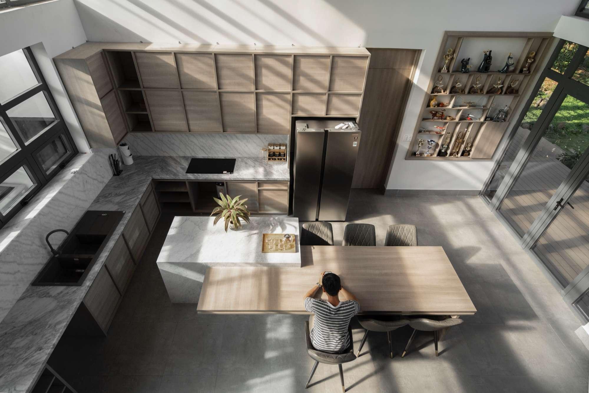 Nhờ thiết kế mái ngói dốc, độ cao của khu vực sinh hoạt chung được nâng lên, giúp không gian thêm thoáng đãng.