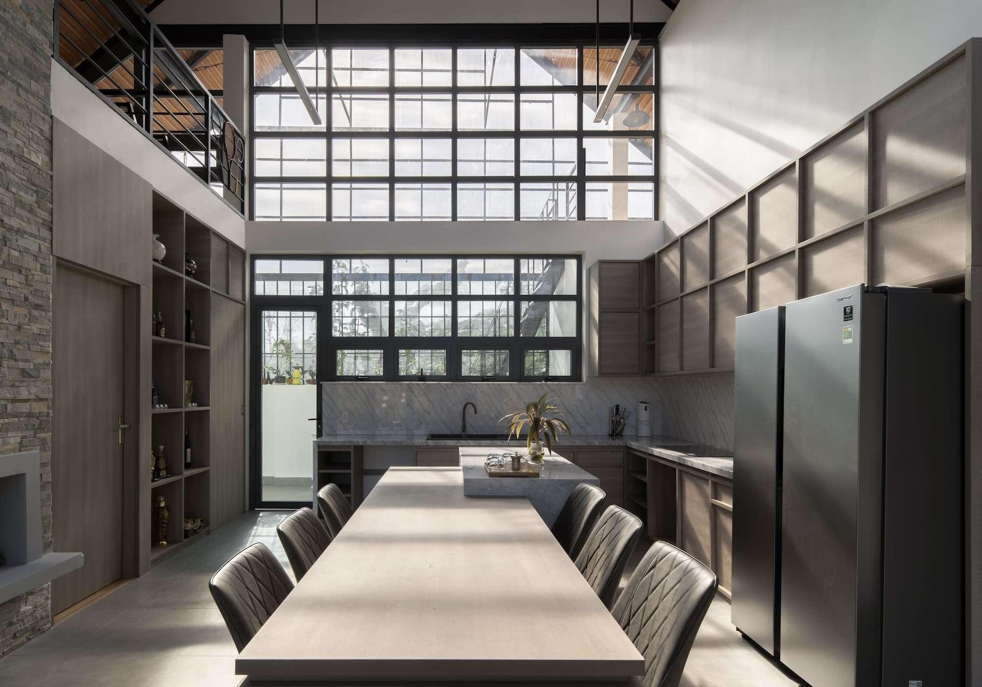 Cuối nhà, nhóm thiết kế chừa một khoảng trống làm không gian đẹp giữa hai lớp cửa để tránh nắng gắt.