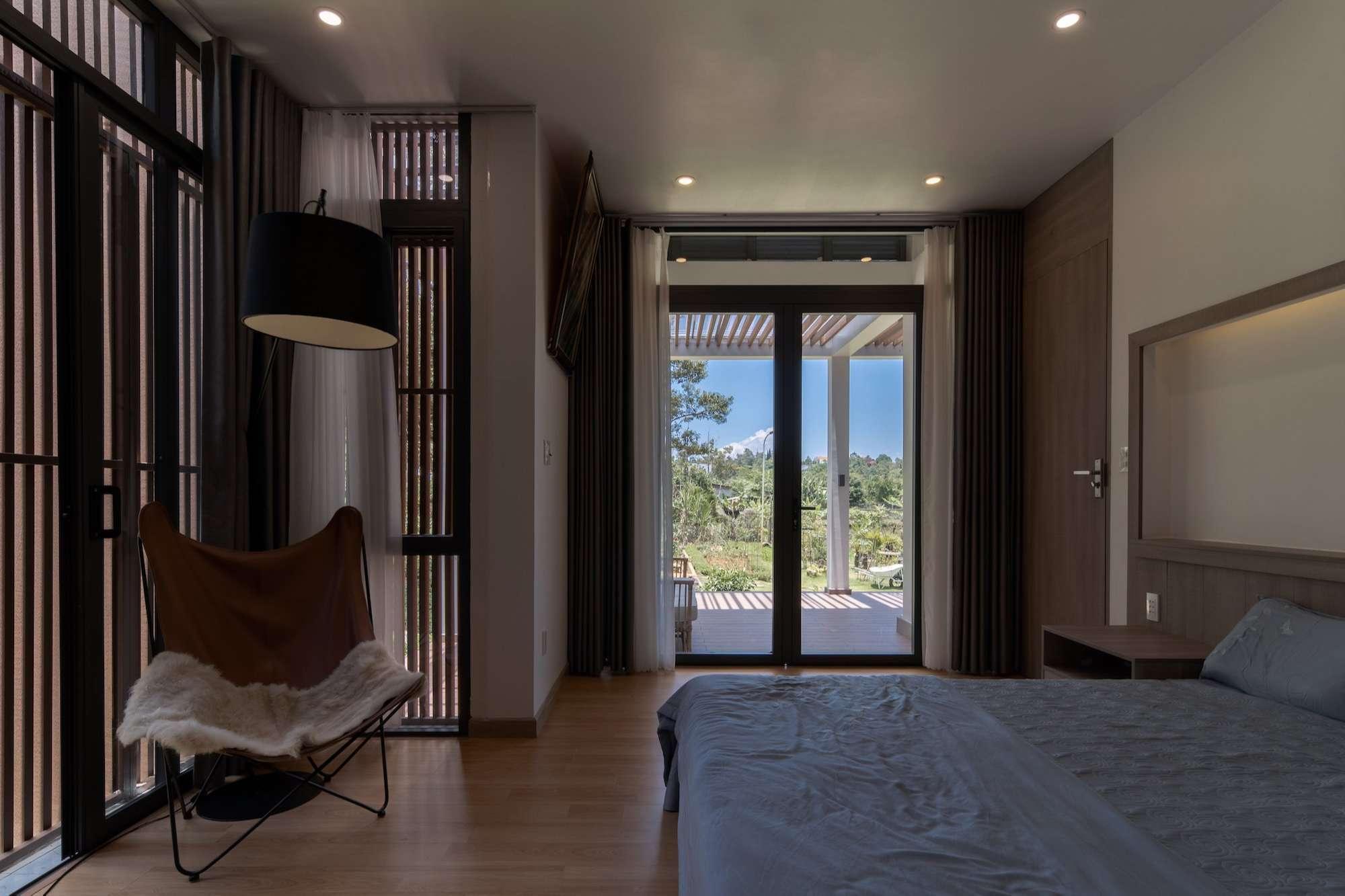 Phòng ngủ của chủ nhà hướng ra vườn và có hiên mát riêng tư.
