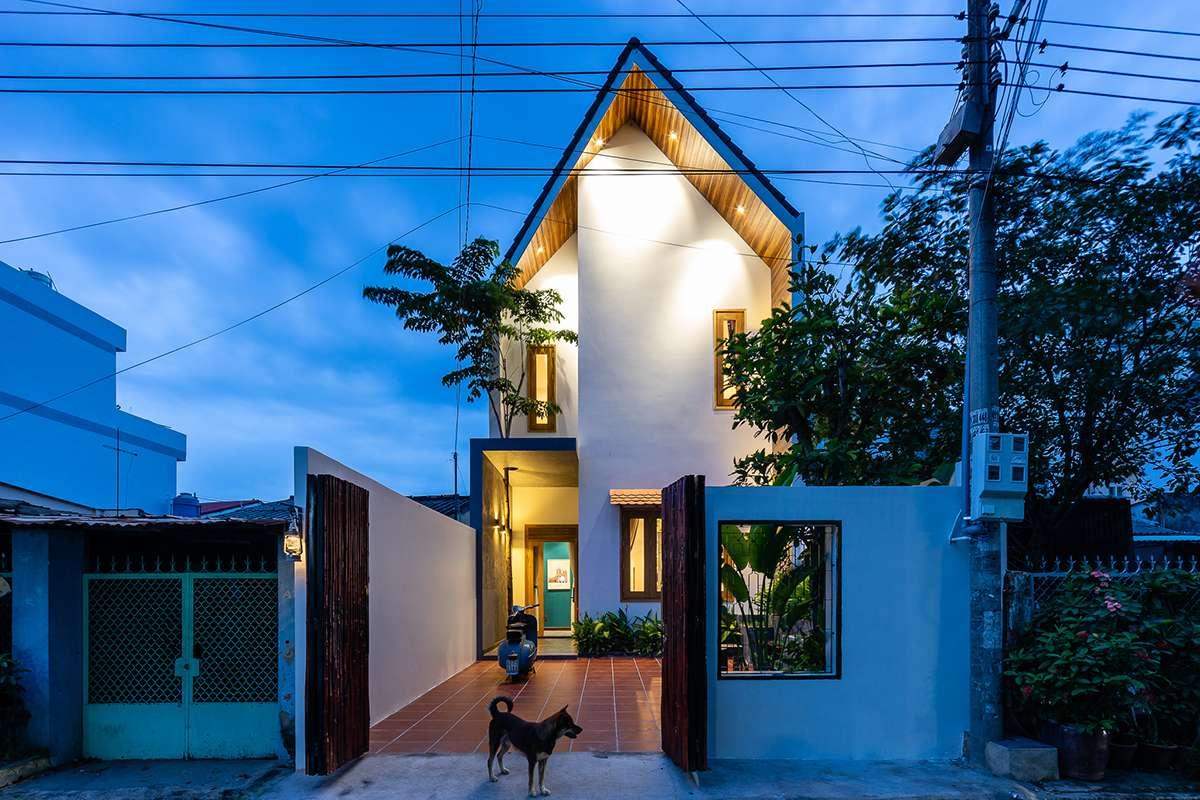Gạo house - Nhà của Gạo | Ngôi nhà về đêm với nguồn ánh sáng vàng ấm cúng và cảm giác bình yên.