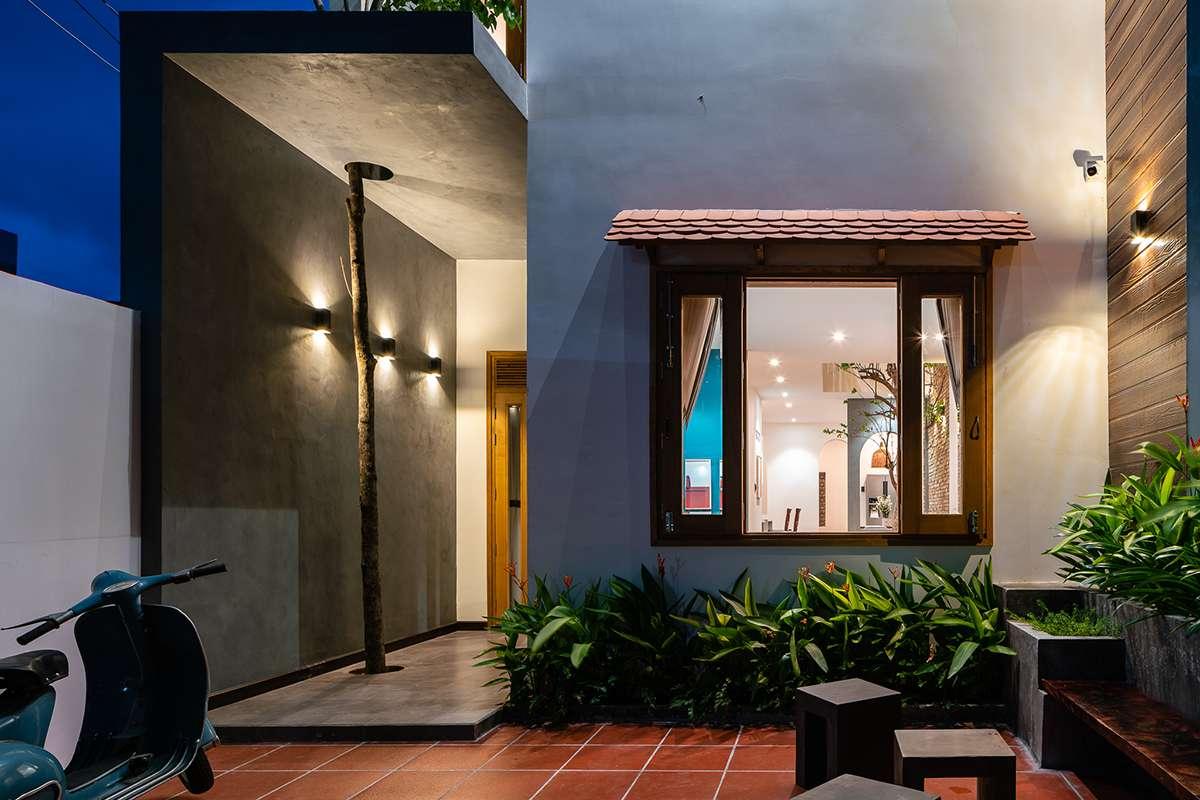 Nhà Của Gạo buổi tối được chiếu sáng đều từ trong nhà ra ngoài sân