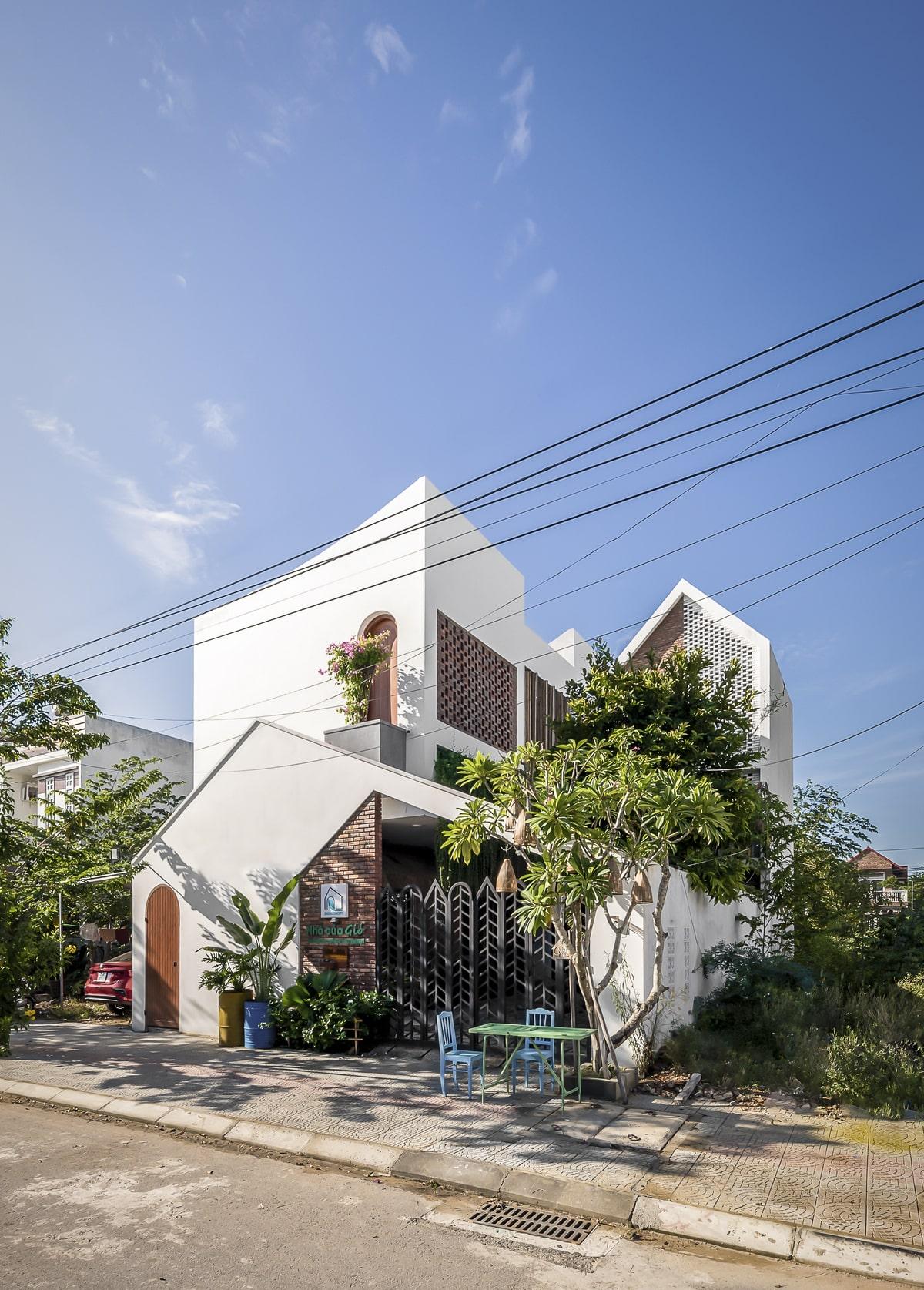 Mái nhà được thiết kế vuốt cong gợi hình tượng những cơn gió.