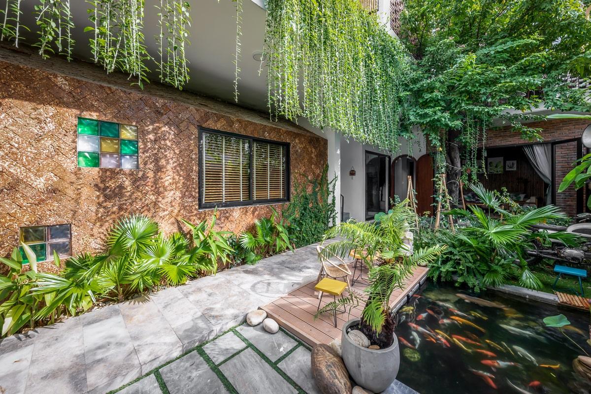 Ngoài ra ngôi nhà còn có các vị trí thông tầng, có bố trí tại đây những khoảng vườn nhỏ