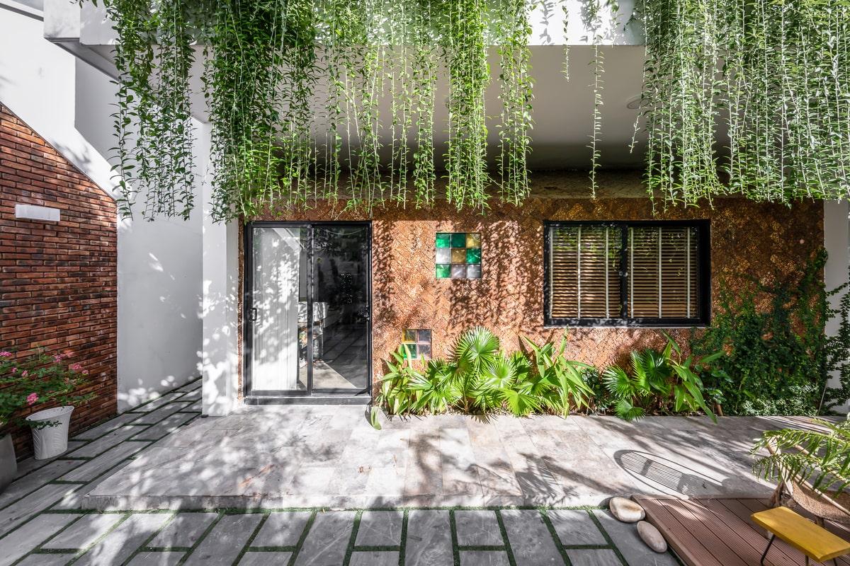 Ngoài ra ngôi nhà còn có các vị trí thông tầng, có bố trí tại đây những khoảng vườn nhỏ-1