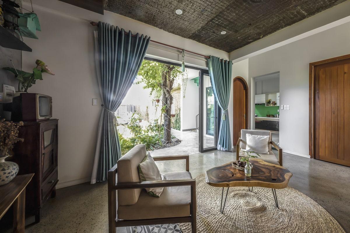 Ngôi nhà cũng là sự kết hợp hài hòa giữa các vật liệu mộc mạc (gạch thẻ trần, tre, đá tổ ong…) và vật liệu hiện đại (bê tông, nhôm kính)