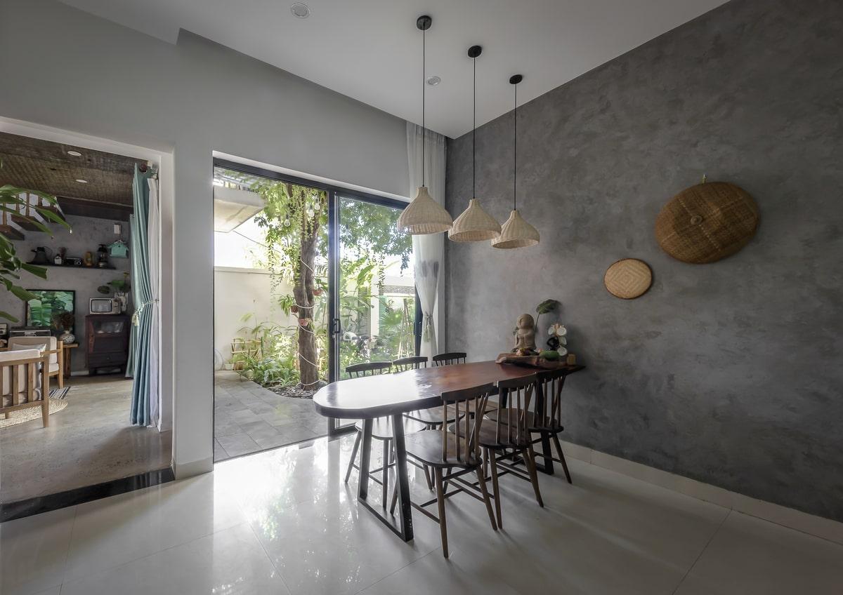 Cửa sổ có kích thước lớn trong phòng khách và bếp có chức năng vừa lấy sáng vừa tăng cảm giác hòa vào thiên nhiên xung quanh nhà-1