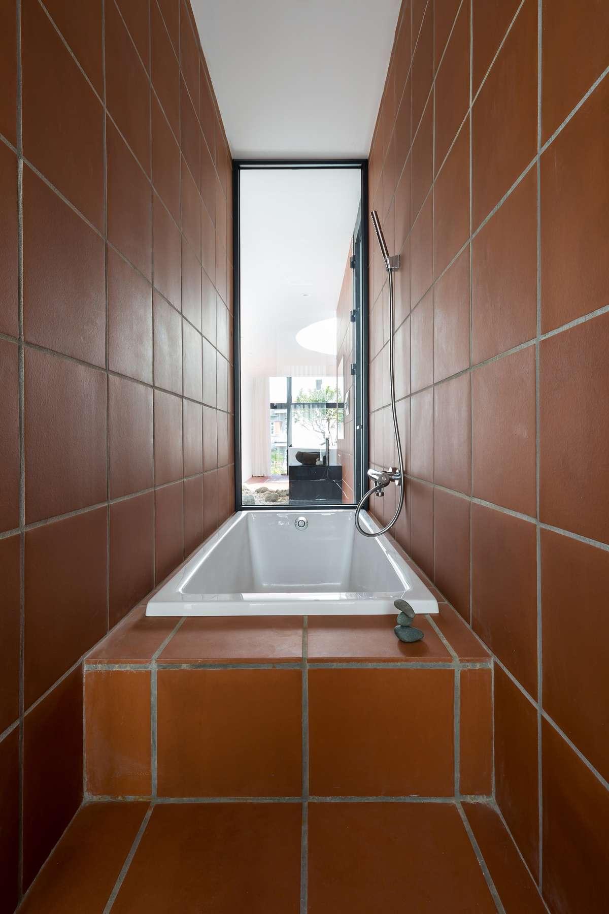 Đen (thép) – Trắng (tường) – Đỏ (đất nung) là ba yếu tố vật liệu xuyên suốt nội ngoại thất công trình.