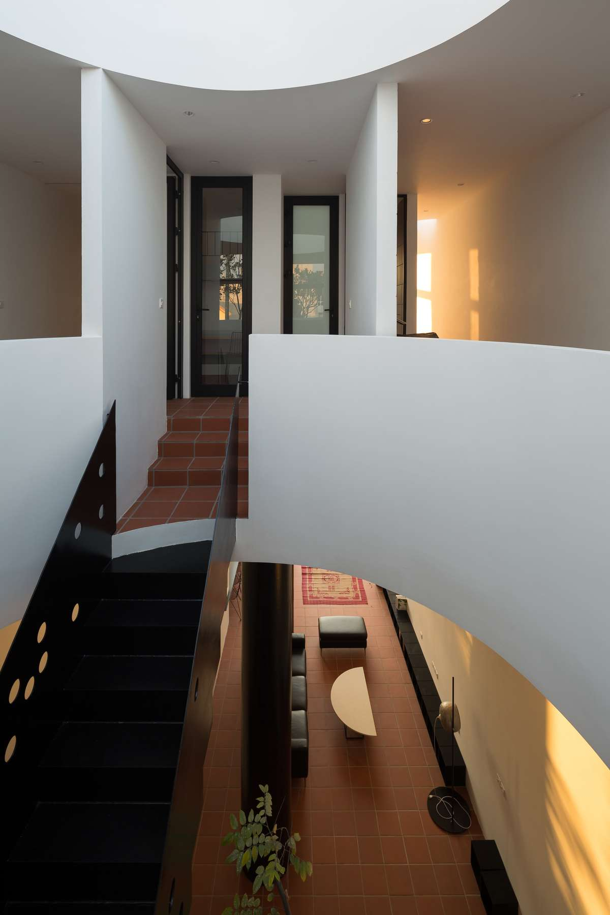 Đen (thép) – Trắng (tường) – Đỏ (đất nung) là ba yếu tố vật liệu xuyên suốt nội ngoại thất công trình-2