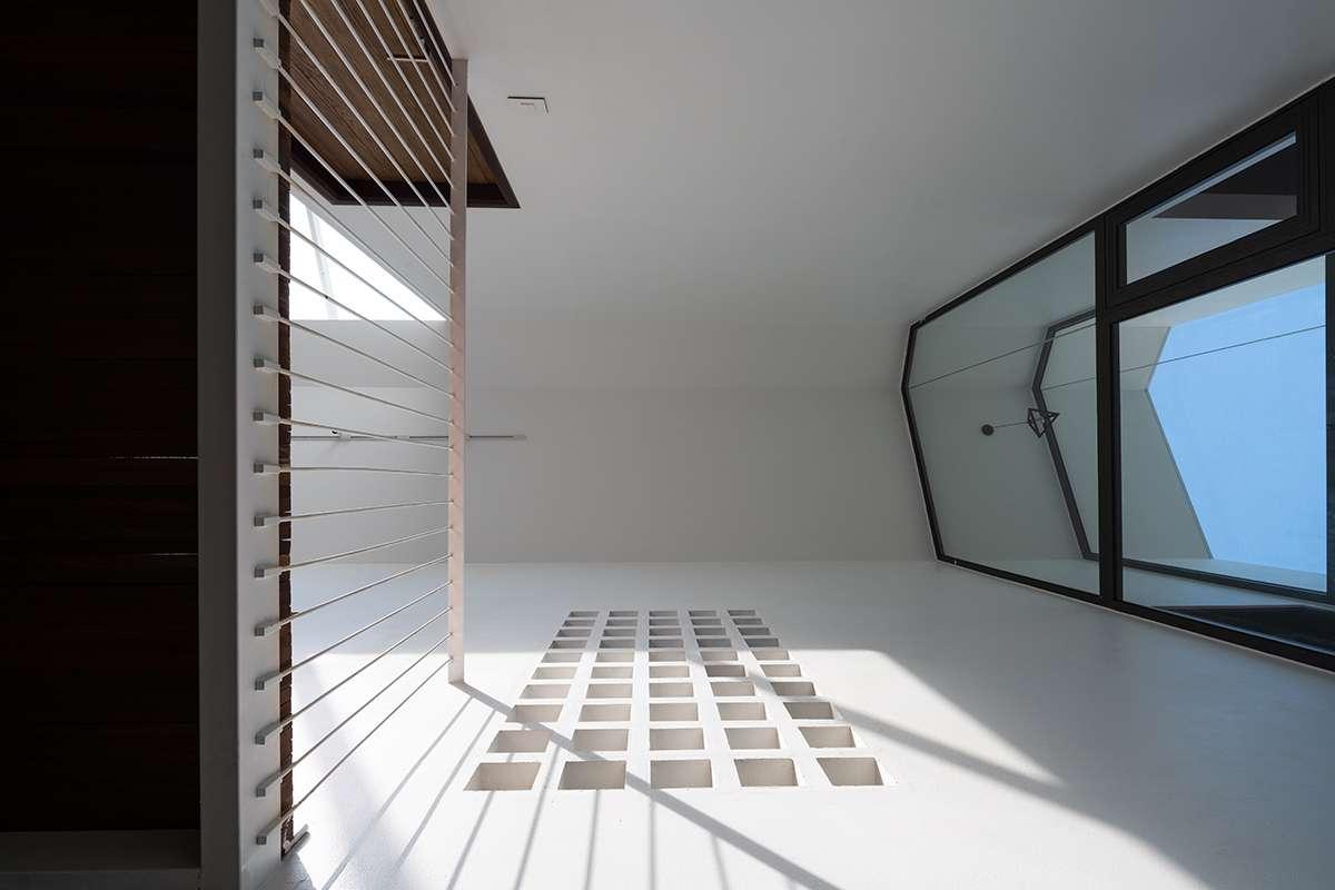 Nhà Hạ Long | Tường được thiết kế lỗ ô vuông thông gió và đón ánh nắng tự nhiên ban ngày