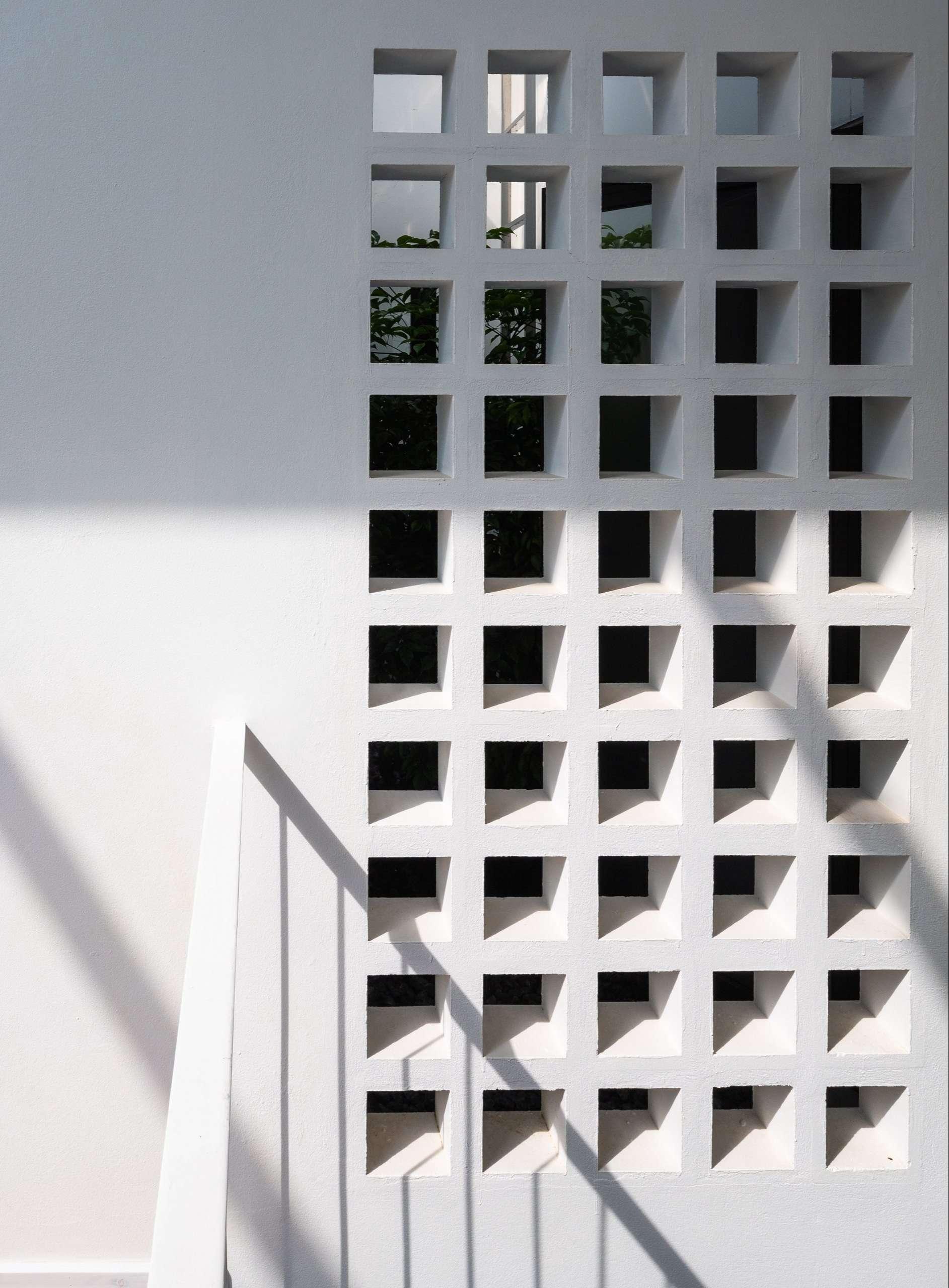 Nhà Hạ Long | Tường được thiết kế lỗ ô vuông thông gió và đón ánh nắng tự nhiên ban ngày - 1