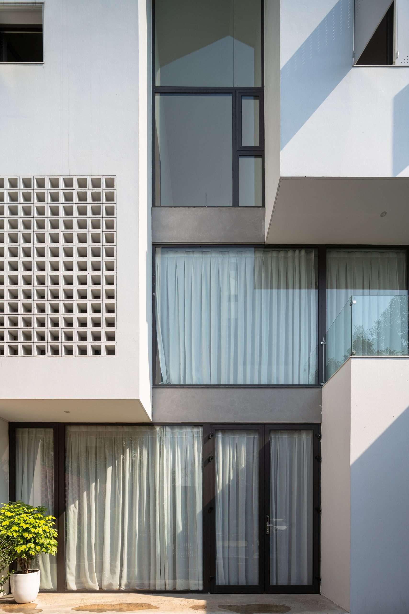 Nhà Hạ Long |  Cửa kính trong suốt và ô gió thay thế cho tường nguyên khối