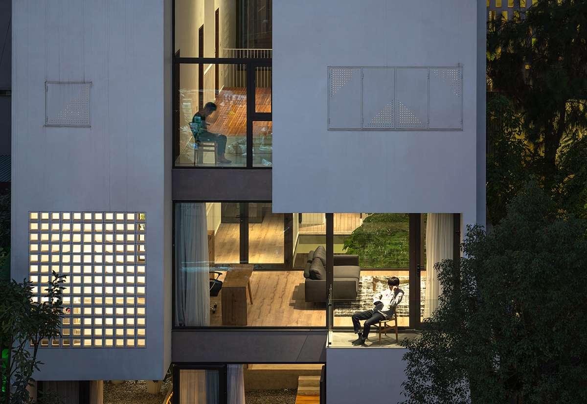 Nhà Hạ Long | Khung cảnh buổi tối của ngôi nhà nhìn từ bên ngoài vào