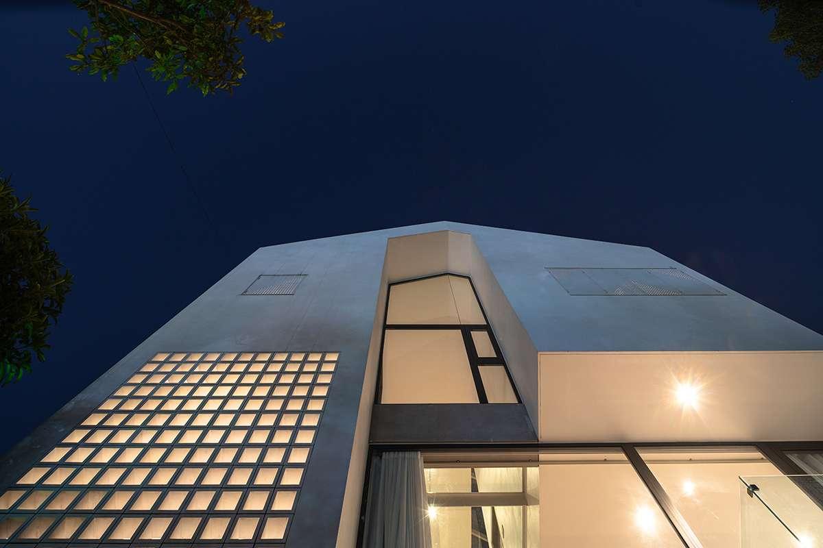 Nhà Hạ Long | Khung cảnh buổi tối của ngôi nhà nhìn từ bên ngoài vào - 1